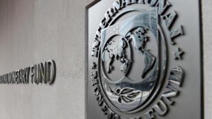 Logotipo do FMI localizado na parte externa do prédio da sede da instituição, em imagem tirada em 27 de março de 2020 em Washington.