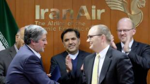 Tổng giám đốc hãng hàng không  Iran Air, Farhad Parvaresh (T), và giám đốc khu vực của  Boeing, Fletcher Barkdull (P), nhân buổi ký kết thỏa thuận mua 80 chiếc Boeing. Ảnh tại Téhéran, ngày 11/12/2016.