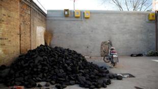 Un tas de charbon est visible en dessous de tuyaux transportant du gaz, dans le village de Heqiaoxiang, dans la province d'Hebei, dans l'est de la Chine (photo d'illustration).