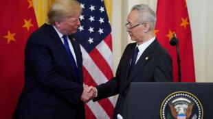 Donald Trump serre la main du vice-Premier ministre chinois Liu He lors de la cérémonie de signature de la « phase un » de l'accord commercial américano-chinois dans la salle Est de la Maison Blanche à Washington. États-Unis, le 15 janvier 2020.