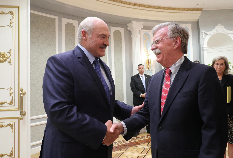 Tổng thống Belarus Alexander Lukashenko (T) tiếp cố vấn an ninh quốc gia Mỹ John Bolton, tại Minsk, Belarus, ngày 29/08/2019.