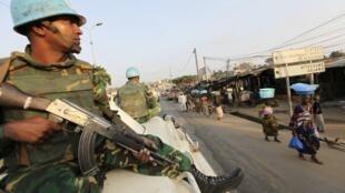 Des soldats de l'Onuci dans les rues d'Abidjan.