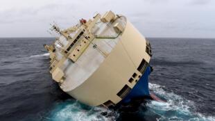 Le «Modern Express» est dangereusement couché sur son flanc gauche et menace de chavirer, au large de La Rochelle, le 28 janvier 2016.