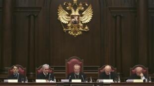 Les juges de la Cour constitutionnelle de Russie, à Saint-Petersbourg, le 19 novembre 2009.