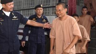 Wiraphon Sukphon (premier plan à droite) à son arrivée au tribunal de Bangkok, le 17 octobre 2018.