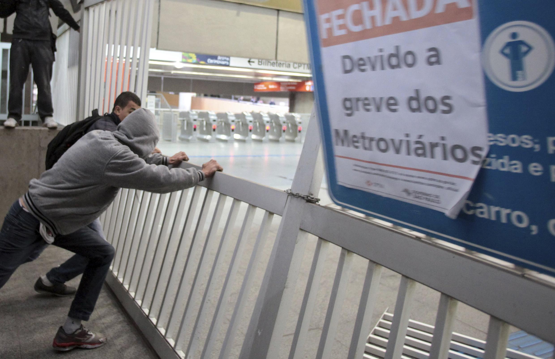 Biển thông báo đình công ở một trạm xe điện ngầm tại thành phố Sao Paulo, Brazil.