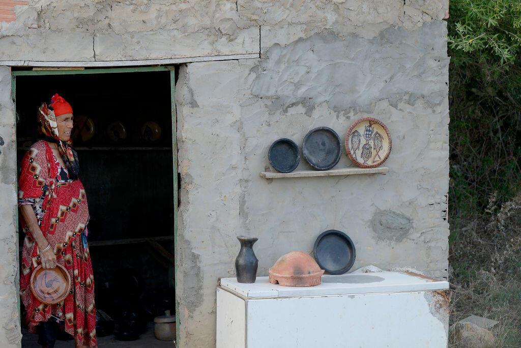 Une potière de Sejnane, en Tunisie.