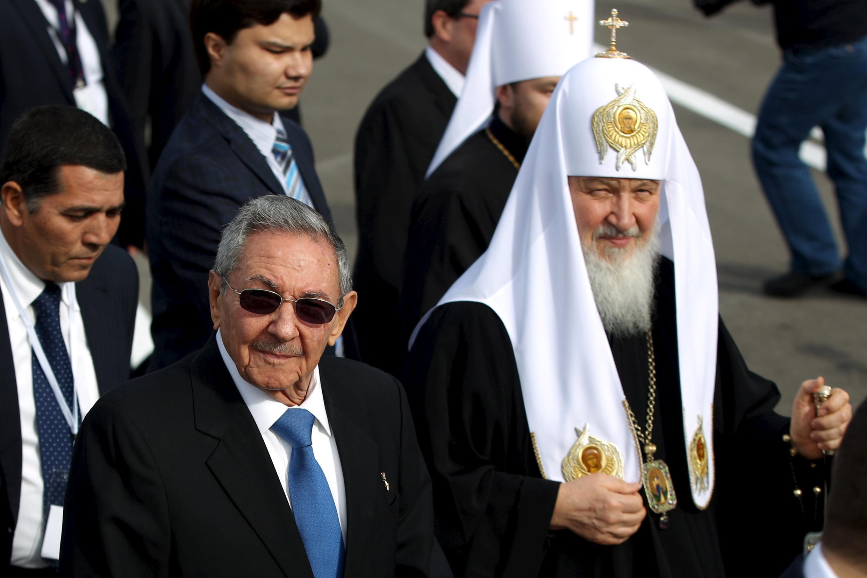 Патриарха Кирилла в аэропорту Гаваны встретил глава Кубы Рауль Кастро, 11 февраля 2016.