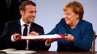 Emmanuel Macron et Angela Merkel signent le Traité d'Aix-la-Chapelle, le 22 janvier 2019.