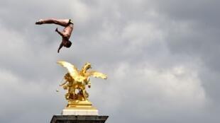 Прыжки в воду с моста Александра III в рамках акции в поддержку заявки Парижа на проведение Олимпийских игр в 2024 году, июнь 2017 г.