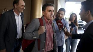 O ministro da Economia grego, Euclides Tsakalotos,  concede entrevista na manhã desta terça-feira, 11 de agosto de 2015, depois de passar a noite em hotel em Atenas con respresentantes dos credores.