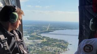 El gobernador de Florida, Ron DeSantis, sobrevuela en helicóptero la zona de Piney Point donde se declaró la emergencia por filtraciones en una antigua planta de tratamiento de aguas residuales de una mina abandonada en la bahía de Tampa