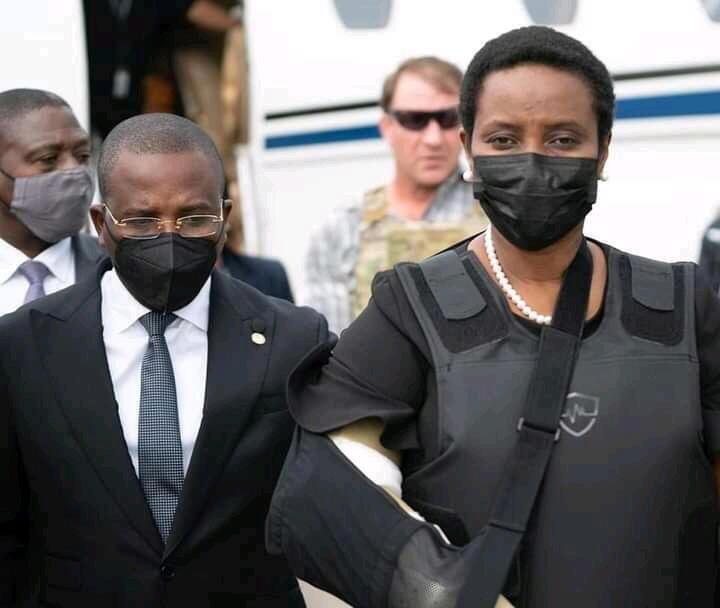 El Primer Ministro interino Claude Josepeh camina con la primera dama Martine Moise