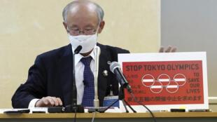 L'avocat Kenji Utsunomiya, représentant un collectif anti-JO lors d'une conférence de presse, le 14 mai 2021, à Tokyo. Il présente une pétition remise au gouvernement de Tokyo demandant l'annulation de Jeux olympiques.