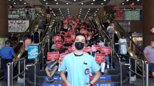 Le personnel du Queen Elisabeth Hospital se mobilise aussi face aux violences à l'encontre des manifestants en organisant un sit-in ce mardi 13 août à Hong Kong.