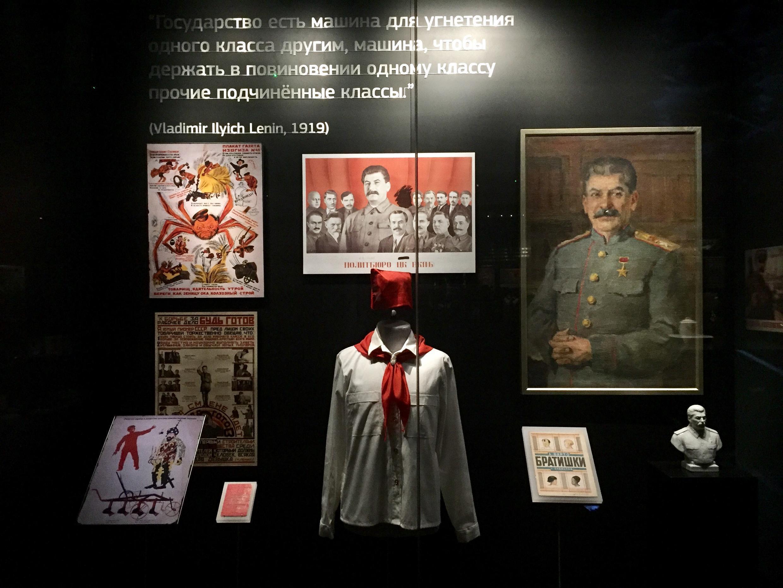 Một tủ trưng bày về Stalin tại Nhà Lịch sử châu Âu, Bruxelles, Bỉ.