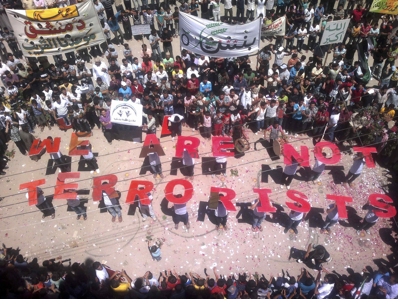 Oposição síria realizou manifestação pedindo apoio internacional para conter a violência.