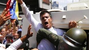 El líder de oposión venezolano, Leopoldo Lopez, en el momento de su detención en Caracas, el 18 de febrero de 2014.