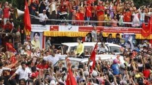 Miến Điện : Bà Aung San Suu Kyi trong cuộc vận động tranh cử ở thành phố Kawhmu, ngày 24/10/2015.