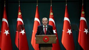 کنفرانس خبری چهارشنبه ٢٩ فروردین/ ١٨ آوریل ٢٠۱٨ رجب طیب اردوغان رییسجمهوری ترکیه، در کاخ ریاست جمهوری در آکارا.