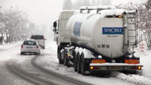Um caminhão parado por causa da nevasca em Dinan, no oeste da França, no dia 2 de dezembro.
