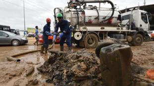 Des agents municipaux nettoient les rues d'Abidjan après les inondations de juin 2018.