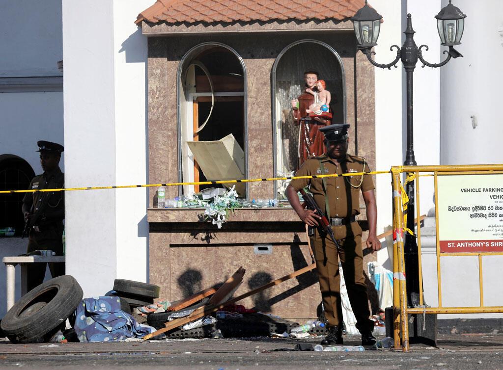 Des officiers de police surveillent le sanctuaire Saint-Antoine de Colombo, après l'explosion d'une bombe dans des églises et des hôtels de luxe au Sri Lanka.