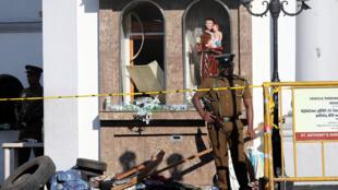 Sri Lanka : Cảnh sát trước nhà thờ Saint-Antoine, thủ đô Colombo, sau vụ tấn công tự sát. Ảnh 22/04/2019.