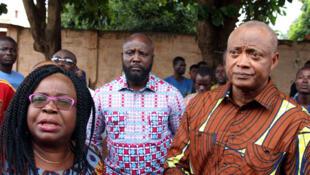 Jean-Pierre Fabre, Brigitte Adjamagbo (G) et d'autres leaders de l'opposition togolaise, avec des partisans rassemblés à la résidence du leader du Panafrican National Party (PNP), Tikpi Atchadam, à Lomé. Le 8 septembre 2017.