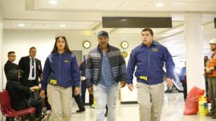 A foto de Mike Tyson sendo escoltado no aeroporto de Santiago foi divulgada pela polícia local.