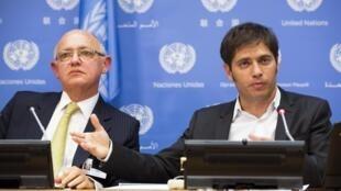 Axel Kicillof (a la derecha), ministro argentino de finanzas, se expresa ante los medios en Nueva York, el 25 de junio de 2014, al lado del canciller argentino, Héctor Timerman.