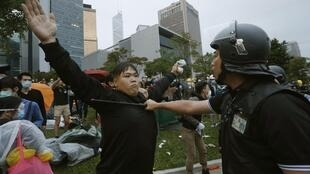 Confrontos entre policiais e manifestantes em frente à sede do governo.