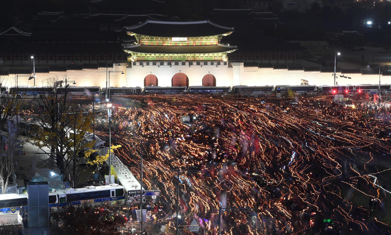Biển người thắp nến trước cổng thành cổ Gwanghwamun, Seoul tối ngày 19/11/2016 đòi tổng thống Hàn Quốc từ chức.