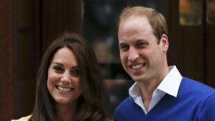 Kate et William présentent leur fille sur le perron de l'hôpital St Mary à Londres, samedi 2 mai 2015.