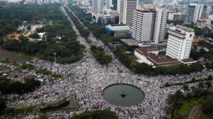 Người theo đạo Hồi tập hợp phản đối đô trưởng Jakarta Basuki Tjahaja Purnama theo Thiên Chúa Giáo. Ảnh chụp ngày 04/11/2016.