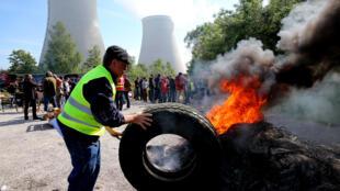 Người đình công chặn lối vào nhà máy hạt nhân Nogent-sur-Seine, Pháp, ngày 26/06/2016.