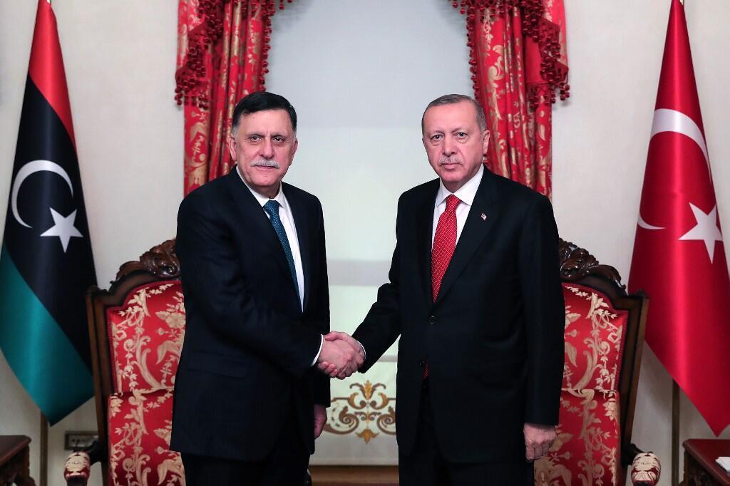 Le président du gouvernement d'union nationale de Fayez el-Sarraj (G) a signé avec la Turquie du président Recep Tayyip Erdogan un accord militaire, à Istanbul, le 27 novembre 2019.