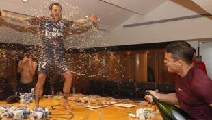 Dani Alves e Thiago Silva comemoram vitória antecipada do PSG em Campeonato Francês.