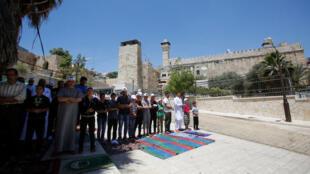 Palestinos na entrada da Mesquita de Ibrahim, chamada pelos judeus de Túmulo dos Patriarcas