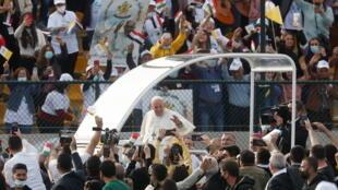 Le pape François arrive pour célébrer une messe au stade Franso Hariri à Erbil, en Irak, le 7 mars 2021.