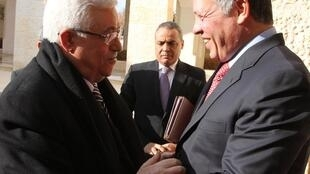 Rei Abdullah II da Jordânia (d) recebe o presidente da Autoridade Palestina, Mahmoud Abbas (e) no Palácio Real em Amman, em foto do dia 8 de dezembro de 2011.
