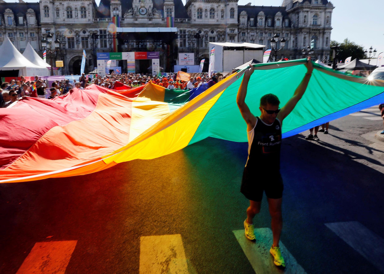 La competición fue inaugurada por la carrera 'International Memorial Rainbow Run', bautizada así en honor a las víctimas del sida y del cáncer de seno, así como a las víctimas de discriminaciones.