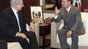 Le roi Abdallah de Jordanie (à D) et le Premier ministre israélien Benjamin Netanyahu à Amman, le 27 juillet 2010.