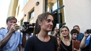 La navigatrice allemande Carola Rackete sort du tribunal d'Agrigente, en Sicile, le 18 juillet 2019.