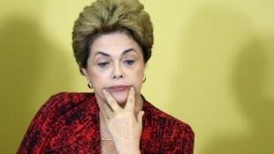 Dilma Rousseff, mwenyewe, amekiri kwamba hali kuhusu utaratibu wa kutimuliwa kwake mamlakani imekumbwa na hali ya sintofaham. Brasilia, Mei 9 2016.