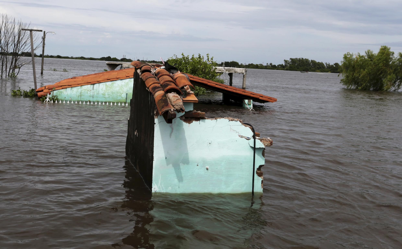 """Una casa inundada en Asunción durante el mes de diciembre. En Paraguay, Argentina, Brasil y Uruguay, cerca de 170 000 personas han sido evacuadas a causa de las violentas inundaciones provocadas por """"El Niño""""."""