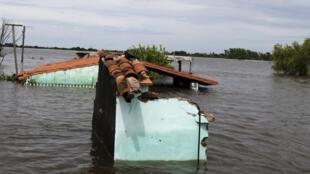 Une maison inondée à Asuncion (Paraguay), le 27 décembre 2015. Au Paraguay, en Argentine, au Brésil et en Uruguay, environ 170 000 personnes ont été évacuées à cause des violentes inondations dues à El Niño.