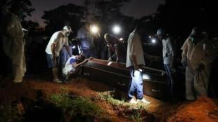 A Sao Paulo, on enterre de nuit une victime du coronavirus. Plus de 50 000 personnes sont mortes du Covid-19 dans le pays.
