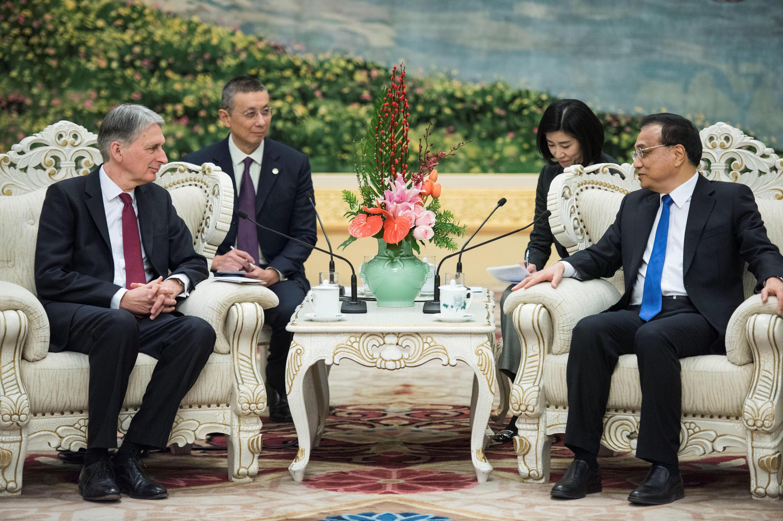 Bộ trưởng Thương Mại Anh Quốc, Philip Hammond gặp thủ tướng Trung Quốc Lý Khắc Cường, tại Bắc Kinh, ngày 15/12/2017.
