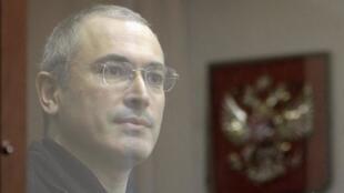 Mikhail Khodorkovski dans le box des accusés lors de son procès, en octobre 2010.